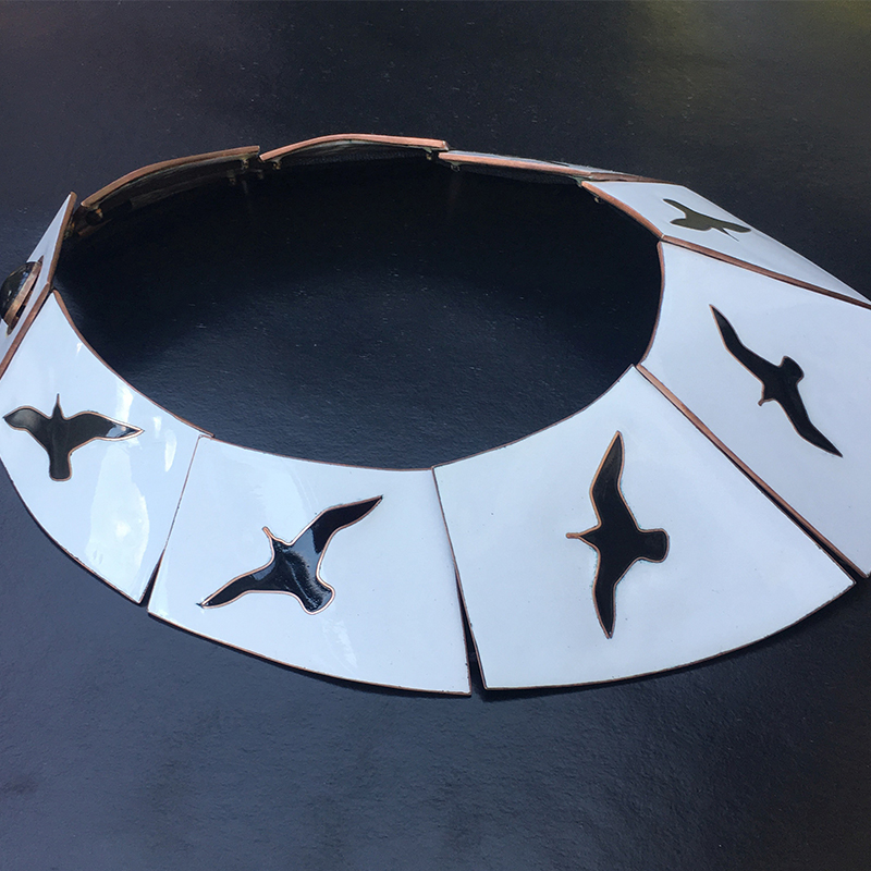 The KONYSSA Seagull and Moon jewellery series is based on the work of the writer RICHARD BACH: JONATHAN LIVINGSTON SEAGULL. The goldsmith-enamel necklace shows the phases of gliding flight.